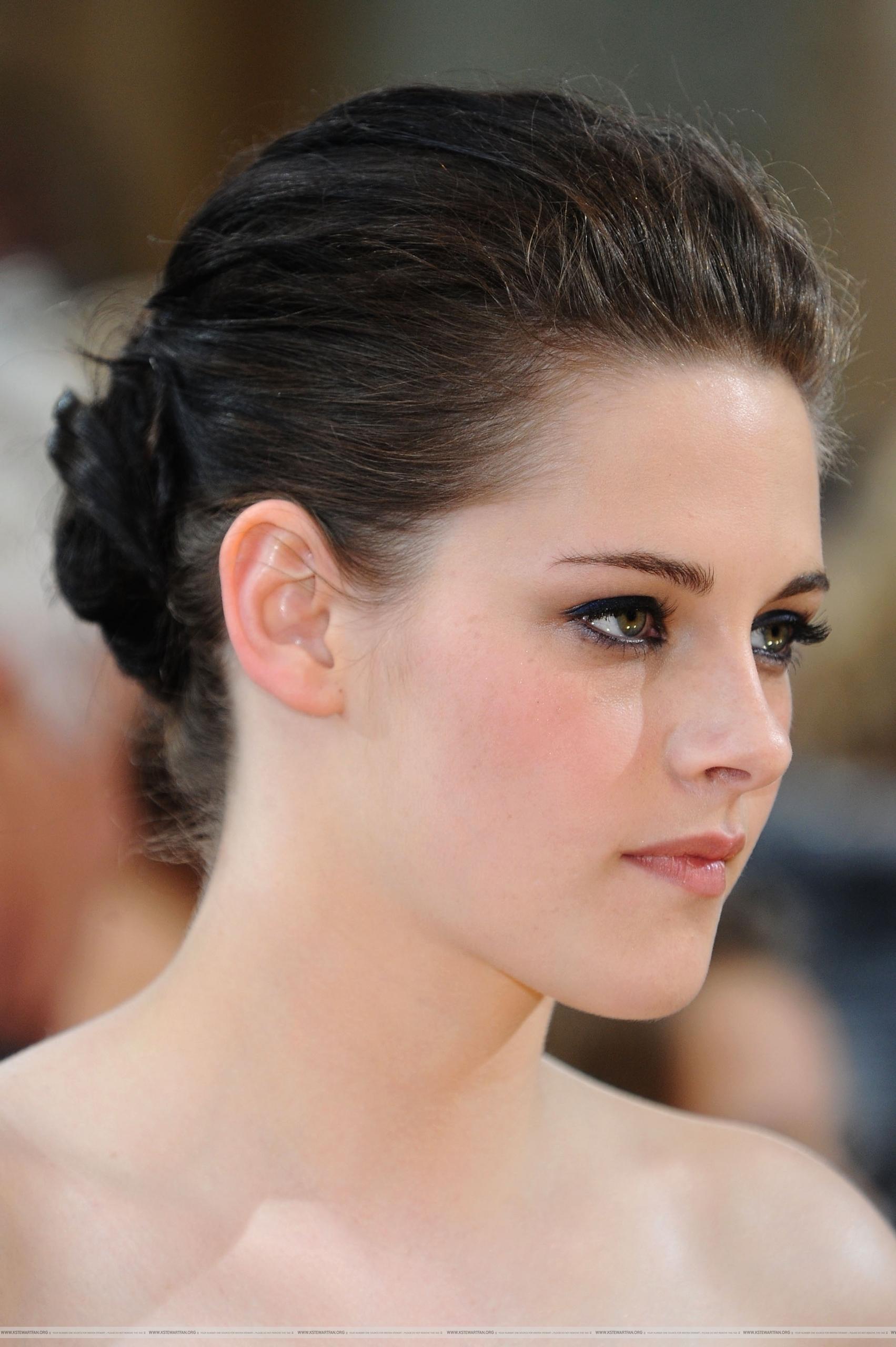 もっと見る Pictures of Kristen Stewart on the Red Carpet For the Oscars
