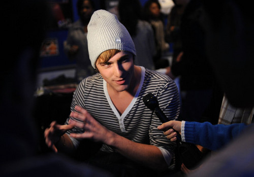 Kendall talking - big-time-rush Photo