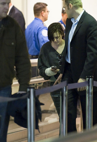 Kristen arriving halaman awal Tuesday from NYC