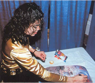 Michael Eating Ruffles : ) - michael-jackson photo