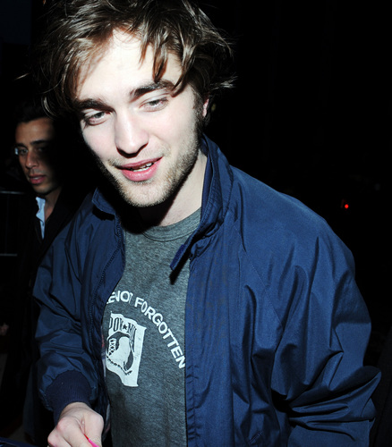 Robert Pattinson Arriving/Leaving The Daily tampil