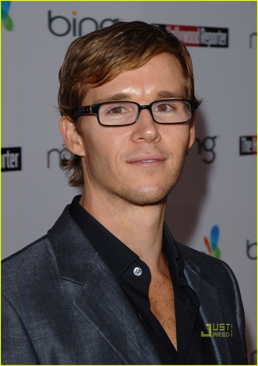 Ryan Kwanten is a Glasses Guy