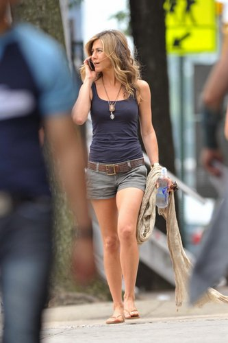 jennifer aniston fondo de pantalla titled out n about