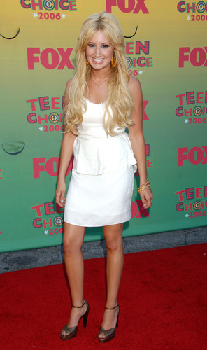 Ashley Tisdale Hintergrund called wonderful in white