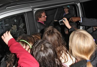 http://images2.fanpop.com/image/photos/10900000/Candids-2010-March-18th-Leaving-The-Mayfair-Hotel-In-London-justin-bieber-10959421-399-276.jpg