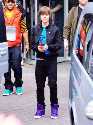 http://images2.fanpop.com/image/photos/10900000/Candids-2010-March-18th-MTV-Studio-In-London-justin-bieber-10959413-299-399.jpg