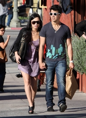 Demi & Joe on date. 14.03.10.
