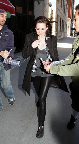 Kristen Stewart Greets Her Adoring 粉丝
