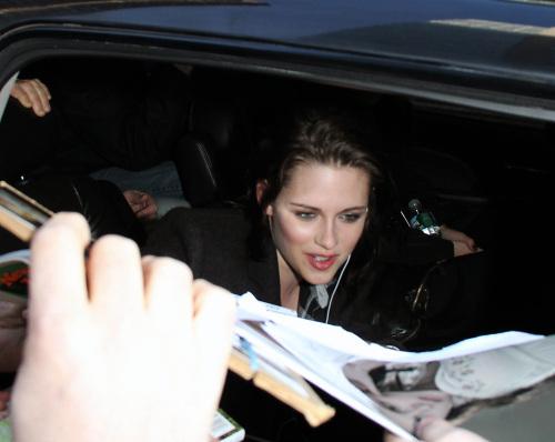 Kristen Stewart Greets Her Adoring fãs