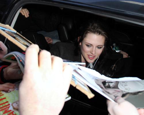 Kristen Stewart Greets Her Adoring những người hâm mộ