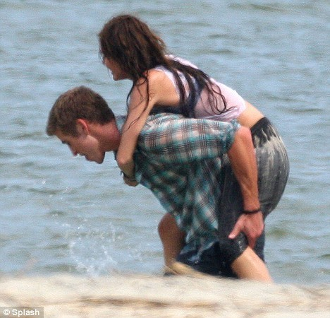 """Miley and Liam behind the scene """"The last song"""""""