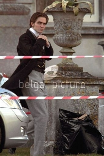 New Bel Ami Set Pics of Rob Today!