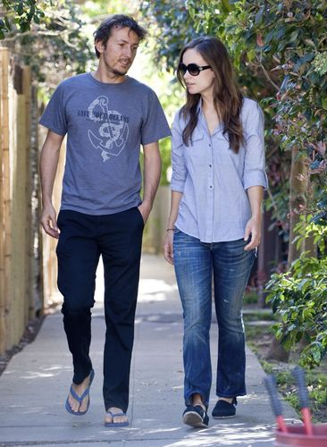 Olivia Wilde & Tao Ruspoli Out Walking (18/03/10)