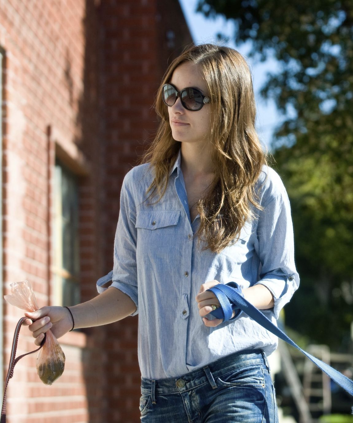 olivia wilde picking up poop