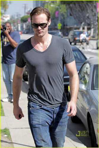 Alexander Skarsgard lunches at لیمونیڈ, لمنڈ in West Hollywood March 19