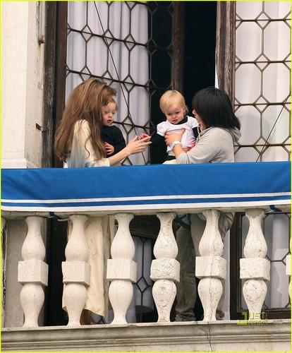 Angelina Jolie: 赤ちゃん on the Balcony!