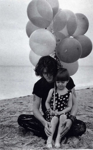 Bruce Weber 照片 session 展示 Johnny with his niece Megan, 1992
