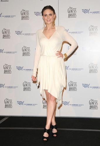 Emily Deschanel Обои titled Emily at Genesis Awards 2010