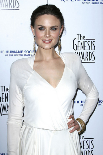 Emily Deschanel Обои entitled Emily at Genesis Awards 2010