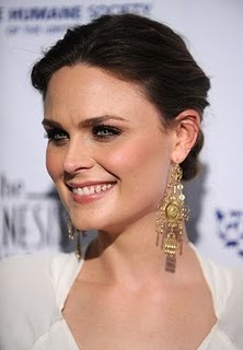 Emily Deschanel Обои called Emily at the Genesis Awards