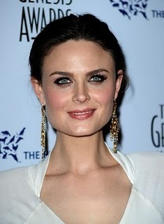 Emily Deschanel Обои entitled Emily at the Genesis Awards