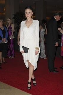 Emily Deschanel Обои titled Emily at the Genesis Awards