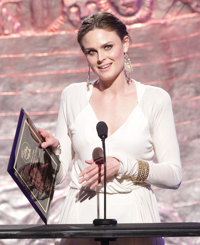 Emily Deschanel Обои entitled Emily @ the 24th Genesis Awards