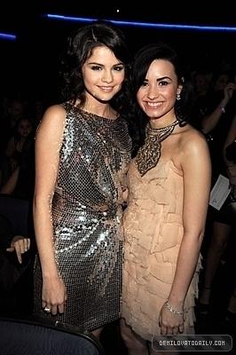 Selena Gomez & Demi Lovato in AMA '09