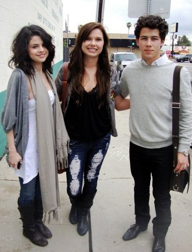Nelena achtergrond entitled Selena & Nick with fan