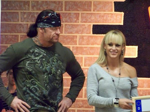 صور لاندرتيكر مع المصارعه  ميشيل مكول The-Undertaker-and-Michelle-McCool-the-undertaker-and-michelle-mccool-11005867-500-374.jpg