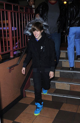 Candids > 2010 > March 23rd - Leaving The View
