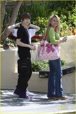 Candids > 2010 > March 28th - In Beverly Hills
