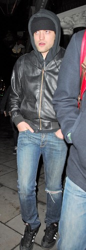 HQ Pictures of Rob leaving the Lyric Lounge last night