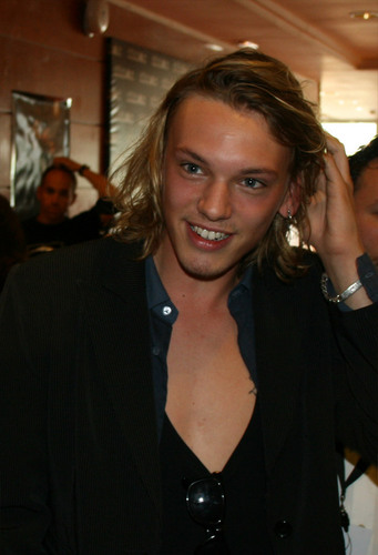 Jamie Campbell Bower achtergrond entitled Jamie Campbell Bower