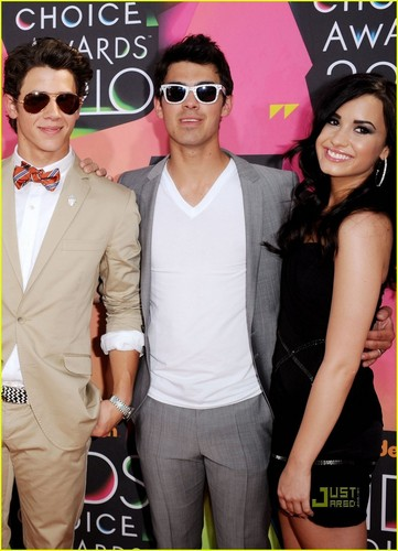 Jonas Brothers - Kids Choice Awards 2010 with Girlfriends!!!