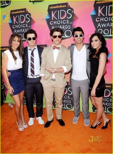 Jonas Brothers - Kids Choice Awards 2010 with Girlfriends!!!