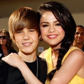 http://images2.fanpop.com/image/photos/11100000/Justin-Bieber-and-Selena-Gomez-Kids-Choice-Awards-2010-justin-bieber-11135817-320-320.jpg
