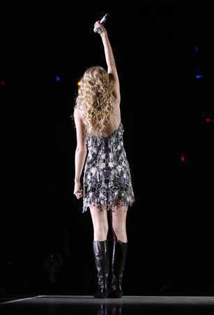 Taylor snel, snel, swift achtergrond called Fearless Tour 2010 Wichita