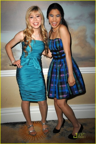 Jennette McCurdy Обои titled Jennette & Ashley @ 2009 PRISM Awards