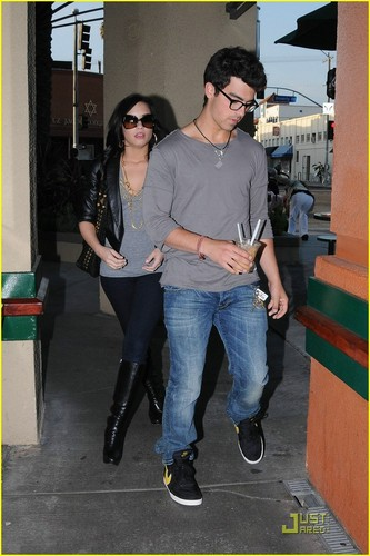 Jemi wallpaper called Joe Jonas & Demi Lovato: Grocery Giggly