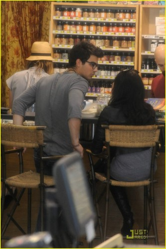 Jemi wallpaper entitled Joe Jonas & Demi Lovato: Grocery Giggly