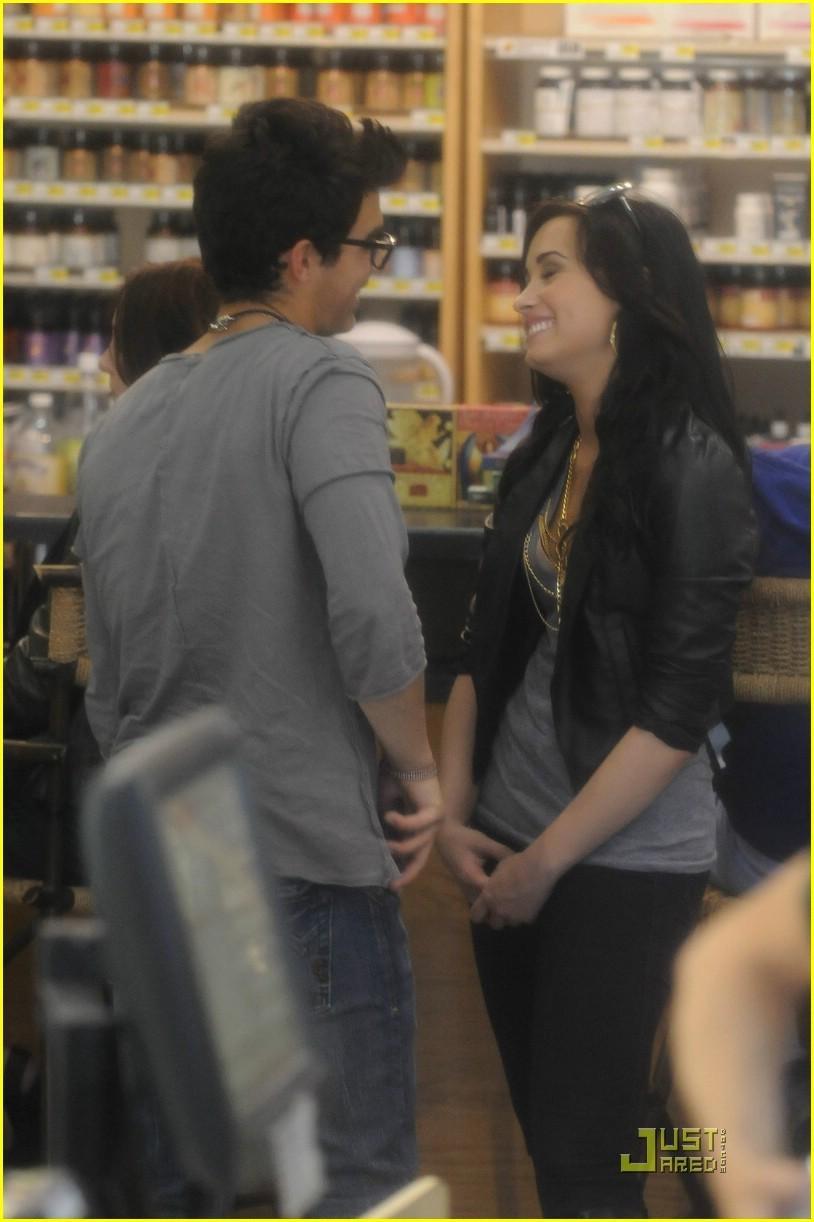 joe jonas and demi kissing