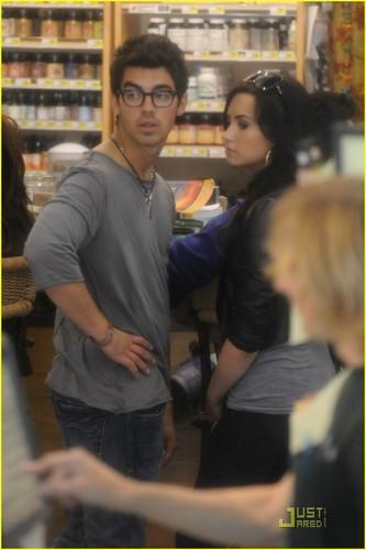 Joe Jonas & Demi Lovato: Grocery Giggly