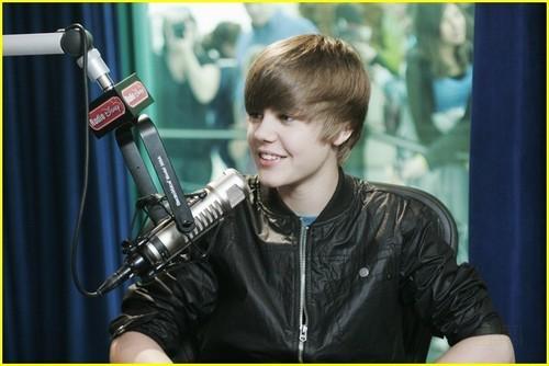 Justin Bieber Makes Radio 迪士尼 'Smile'