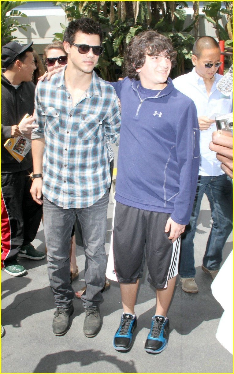 Taylor Lautner Checks Out the Lakers