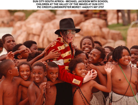DIA DE LA TIERRA HOMENAJE PARA MIKE -Michael-with-children-michael-jackson-11399613-477-364