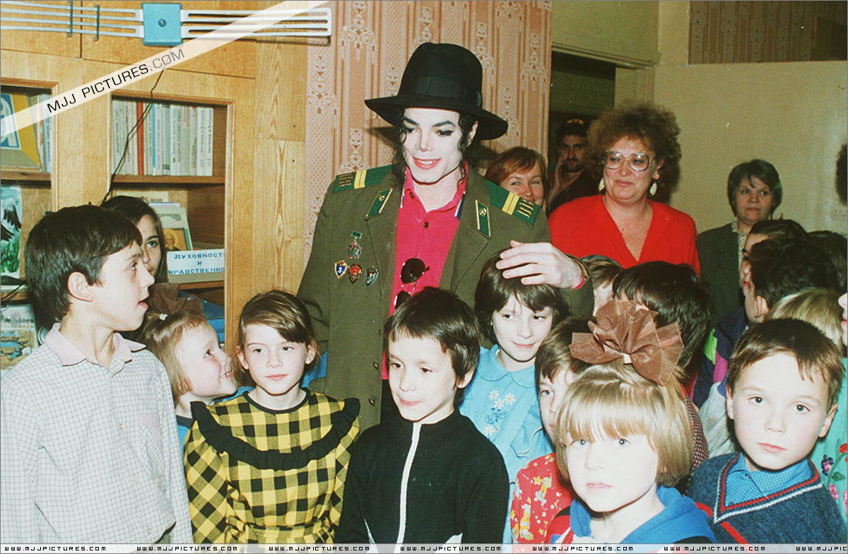 DIA DE LA TIERRA HOMENAJE PARA MIKE -Michael-with-children-michael-jackson-11399631-1200-784