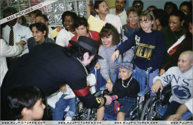 DIA DE LA TIERRA HOMENAJE PARA MIKE -Michael-with-children-michael-jackson-11399734-640-414