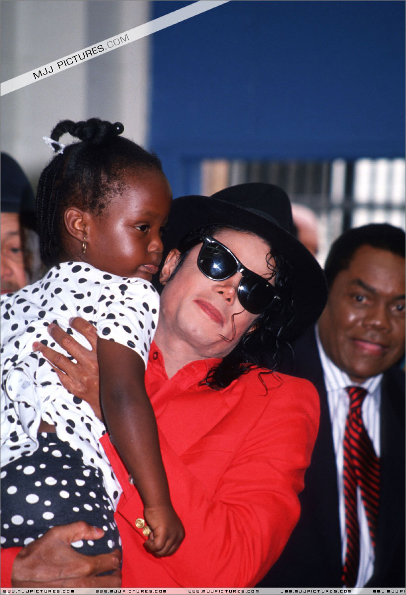 DIA DE LA TIERRA HOMENAJE PARA MIKE -Michael-with-children-michael-jackson-11399737-820-1200
