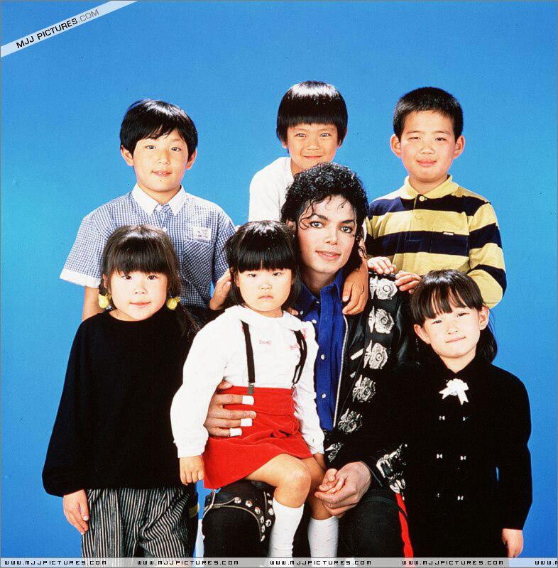 DIA DE LA TIERRA HOMENAJE PARA MIKE -Michael-with-children-michael-jackson-11399738-786-800